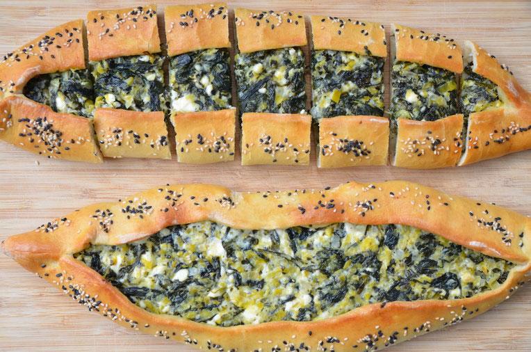 Türkisches Pide Rezept mit Sachafskäse und Spinat