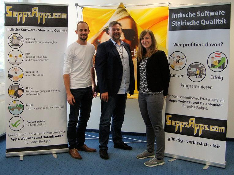 Alex und Sepp stehen mit Martin Seliger CEO von Rollupdruck24.at zwischen den druckfrischen Rollups, die sie bei der Freunde Aktion gewonnen haben.