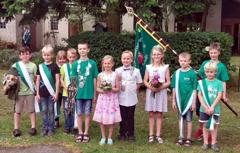 Unser Kinderkönigspaar Oliver und Xenia und unser Ex-Königspaar Tim und Johanna samt Hofstaat