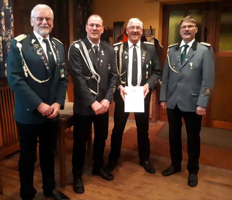 Von links: Präsident Helmut Witt, Vereinskommandeur Jörg Müller, Ehrenvorstandsmitglied Kurt Brüggemann, Vize Präsident Peter Tapken