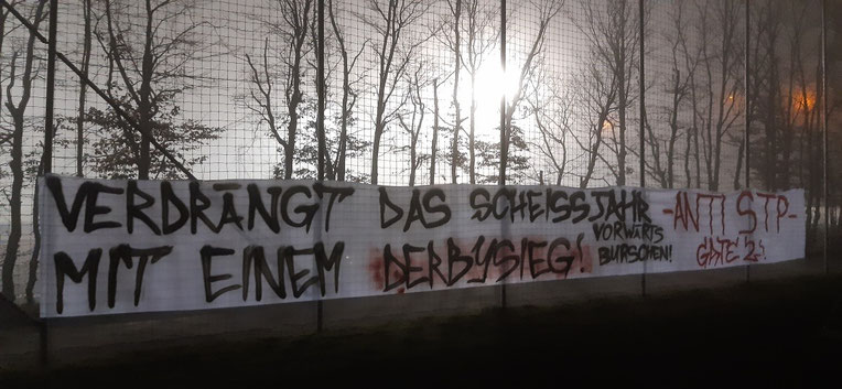 Der Fanclub Gate 2 Admira mit einer Botschaft an die Mannschaft beim Abschlusstraining