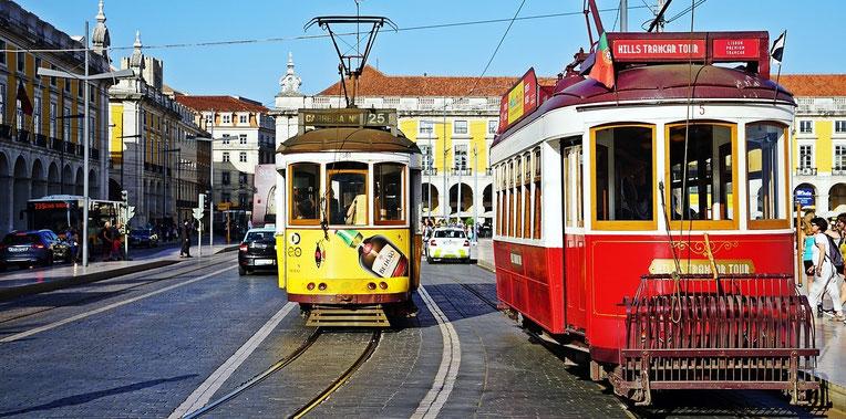 bunte alte Straßenbahnen in Lissabon
