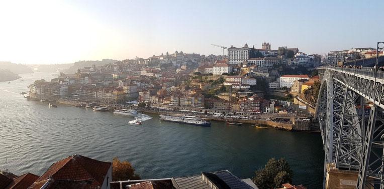 Portos Altstadt im späten Nachmittagslicht von der gegenüberliegenden Seite neben der Brücke aus
