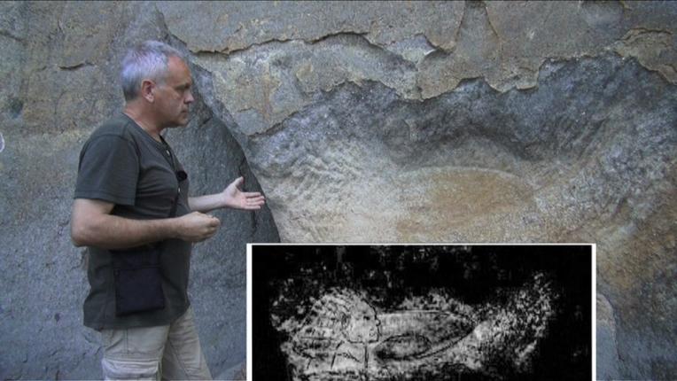 Gravure d'un Kachina avec son bouclier volant découvert sur la paroi rocheuse du Roc  d'en Barou à Rennes-les-Bains (dépt.11)