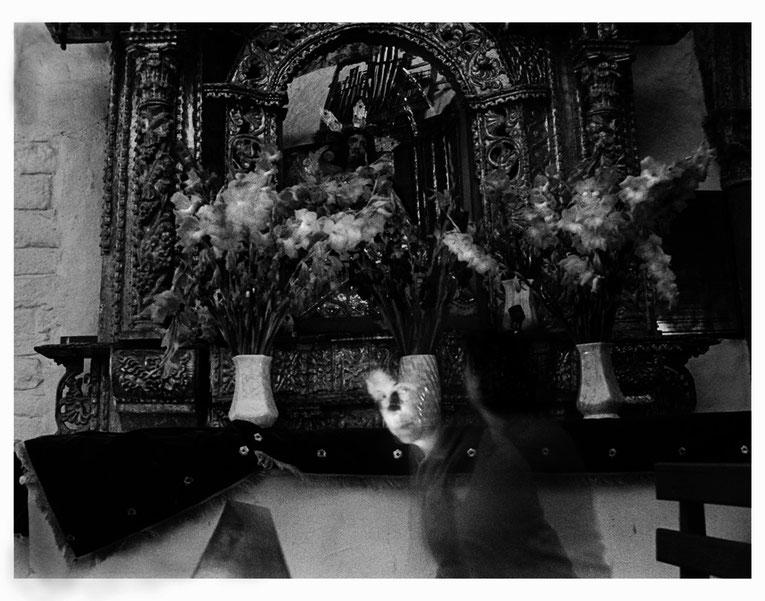Conversaciones en la iglesia 6, 2004, Fotografía en b/n 35.5X28 cm