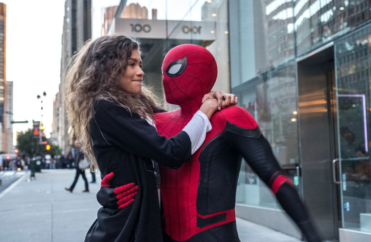 Spider-Man aka Peter Parker (Tom Holland) mit seiner Flamme M.J. (Zendaya)