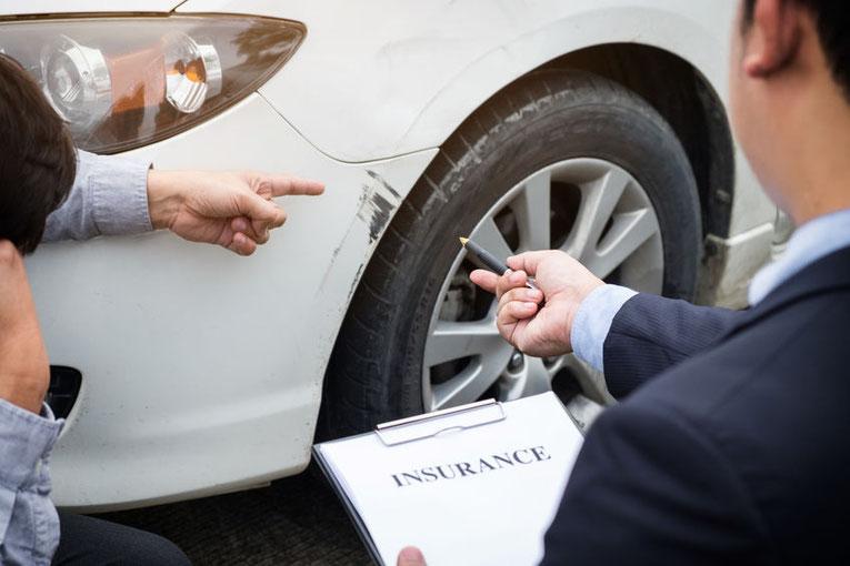 PKW mit Unfallschaden wird fachkompetent begutachtet.