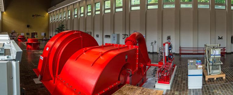 Zentrale mit Pelton - Turbine vorne und Francis-Turbinen im Hintergrund