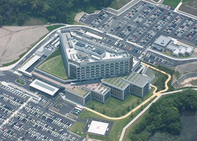 新病院の航空写真(北側から) 病床数 500 床(一般病床 496 床、感染症病床 4 床)、診療科目 33 科