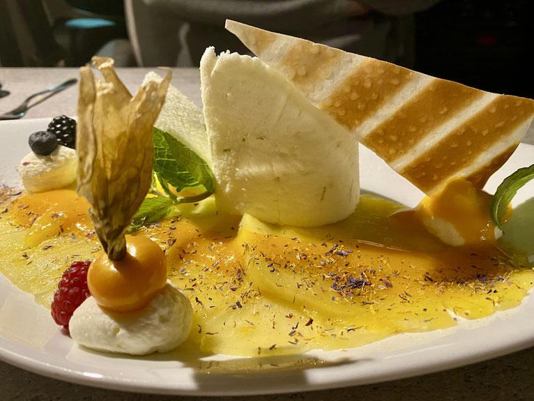 Limetten-Joghurtterrine mit Mango und Ananas. Feiner Abschluss eines gelungenen Abends