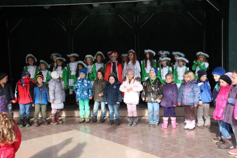 die Schülergarde mit den Kindergartenkindern