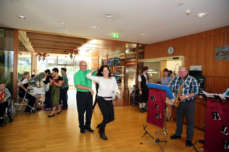 ein Tänzchen mit Heimleiterin Erika Stonig macht Kanzler Peter Lanz sichtlich Spaß
