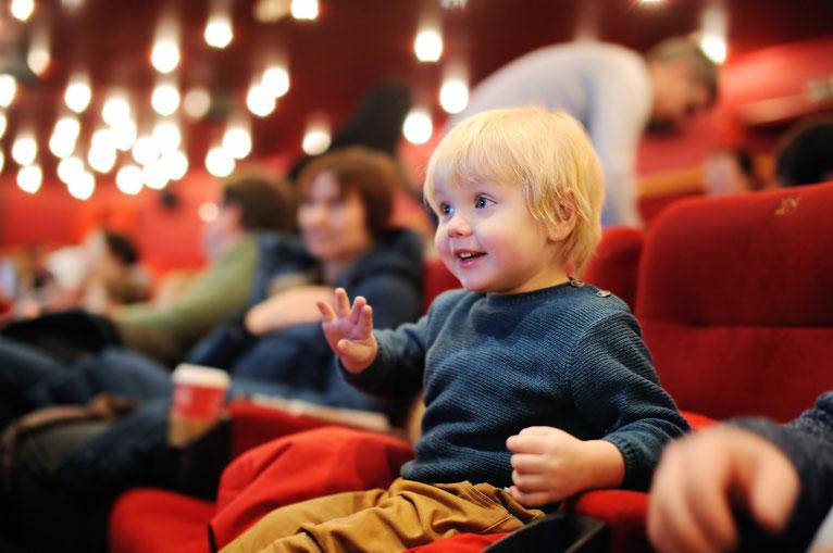 kleiner Junge im Theater