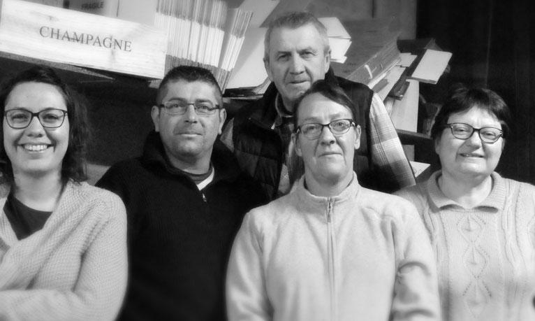 L'équipe du Champagne Daniel Collin est réunie dans la cave avec Adeline, Nicolas, Catherine, Hervé Collin et Carole