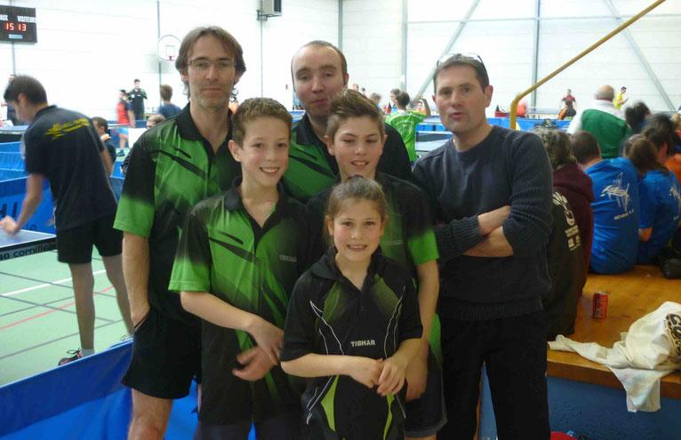 Lionel, Paul, Vincent, Yann, Charlyne et le coach Sylvain à Grand Bourg.