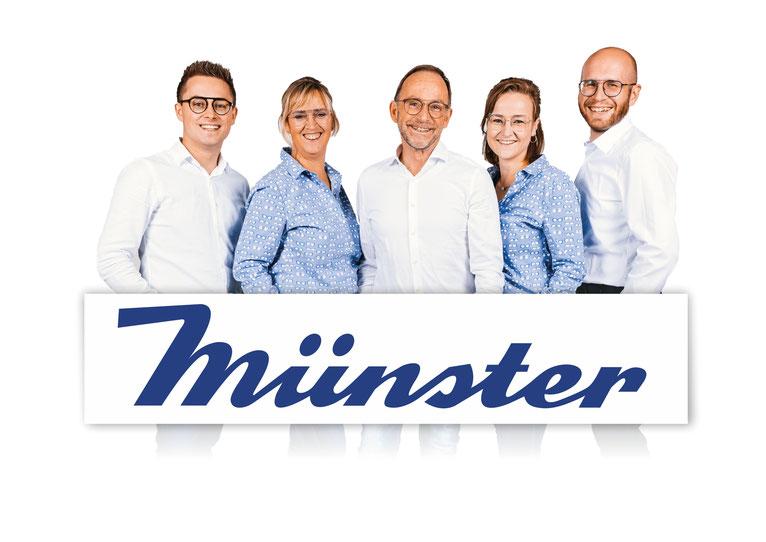 Das Optik Münster Team mit Logo