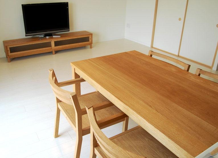 羽目板ダイニングチェア、シンプルダイニングテーブル、テレビボード