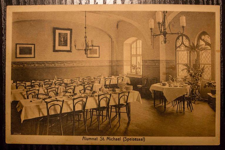 Speisesaal des Alumnats 1918 (mit den berühmten Thonet-Stühlen, vgl. https://de.wikipedia.org/wiki/Thonet)