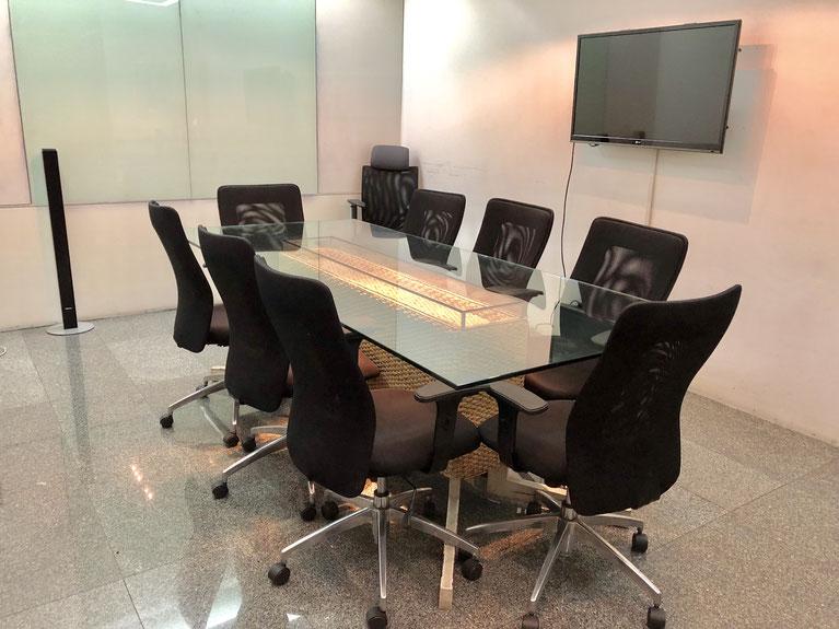 タイ在住支援法律事務所のクライアントと弁護士との面談ルーム。所在地は、RS Towert 16階にあります。