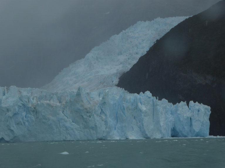 Faszinierende Formen am Spegazzini Gletscher - leider im Regen...