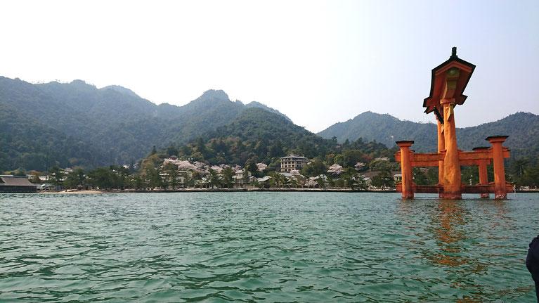ろかい舟は船頭さんの宮島解説付き!写真は弥山です。弥山は仏様の横顔に見えると言われています。