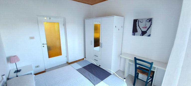 Camera da letto matrimoniale - letto cm 160x200 - portafinestra che da su un terrazzino di mt 1,5x4