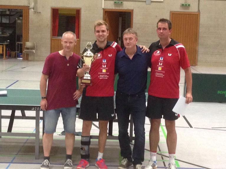 Platz eins, drei und zwei: Kreiswart Thomas Freitag (links) gratuliert Nico Beck, Karl Simon und Stefan Börner zu den Platzierungen im Herren-A-Einzel.