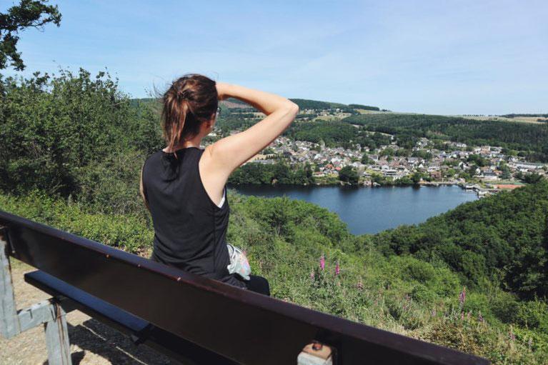 Lisa unterwegs in der Rureifel bei schönstem Sommerwetter mit Blick auf den Stausee bei Obermaubach