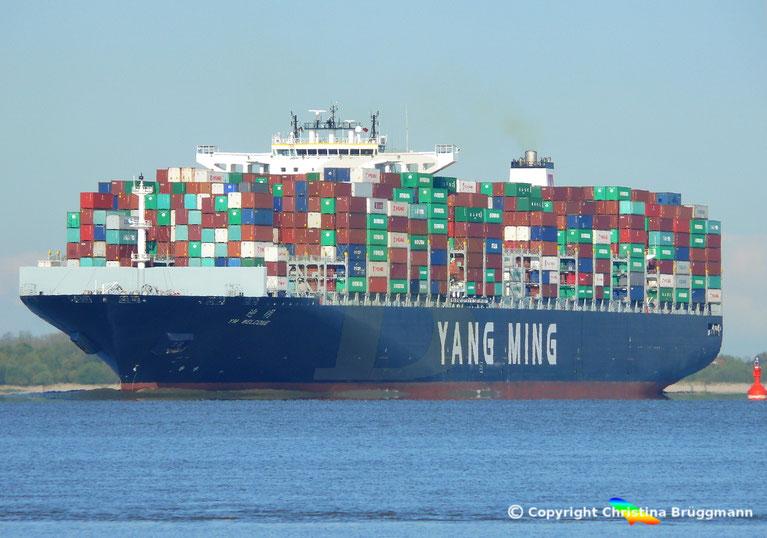 Containerschiff YM WELCOME  auf der Elbe 19.04.2017