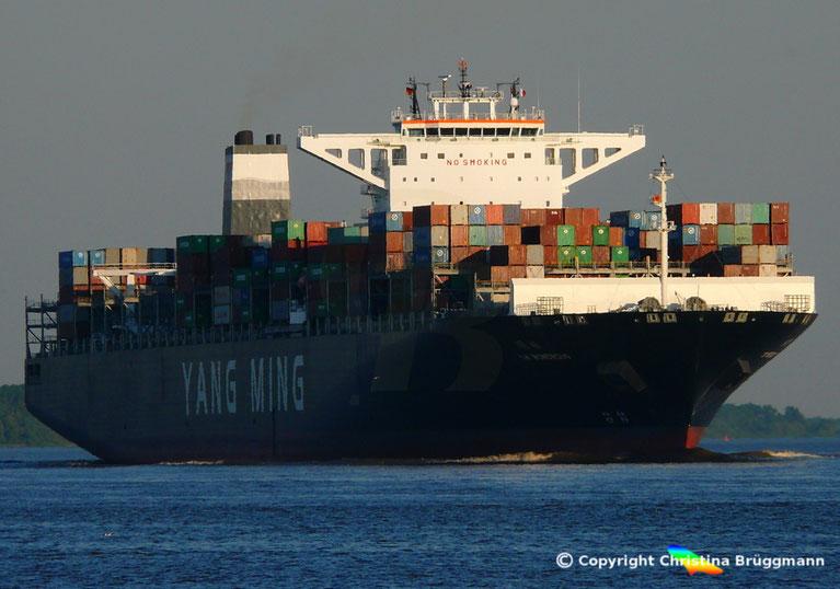 Containerschiff YM WONDROUS auf der Elbe 02.07.2015