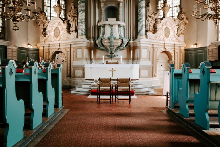 zwei hochzeitsstühle vor dem altar der st. nikolaikirche in Billwerder
