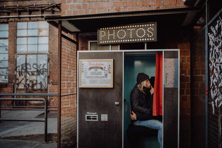 Verliebtes Jahr küsst sich in einer Fotokabine in Berlin fotografiert von Portraitfotografin Uschi Kitschke aus Kreuzau.
