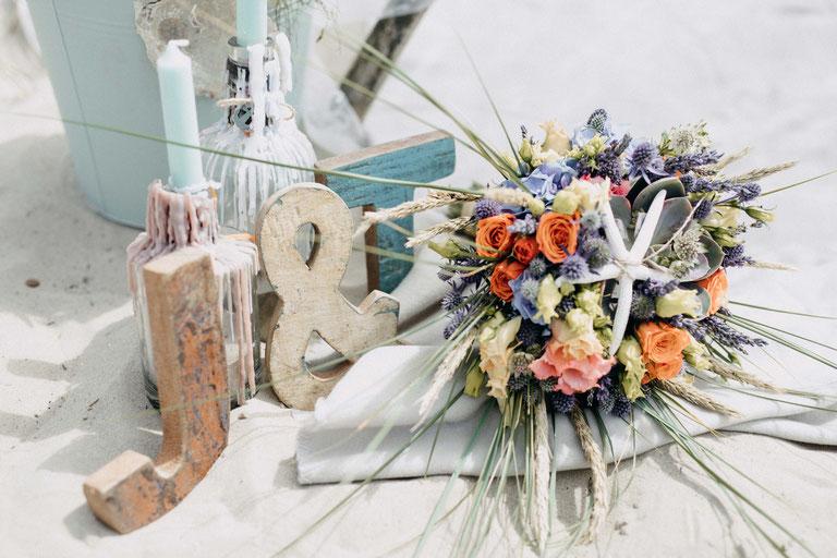 Hochzeitsdekoration für eine Strandhochzeit. Brautstrauß. Hochzeitsfotograf Zachen Fotografie.