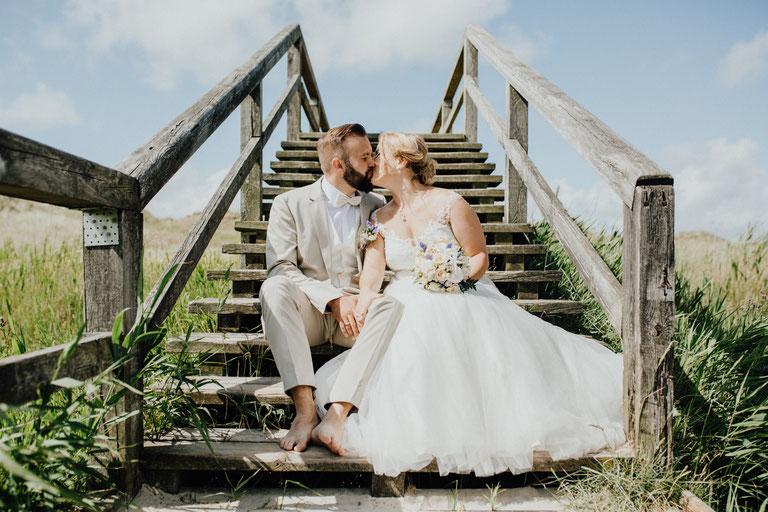Wundervolle Hochzeitsreportage am Strand von Sankt Peter Ording. Heiraten zwischen den Dünen am Meer.