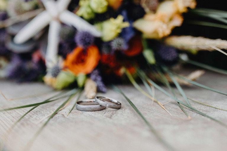 Hochzeitsdekoration für den Strand. Brautstrauß und Ringe. Hochzeitsfotograf Heide.