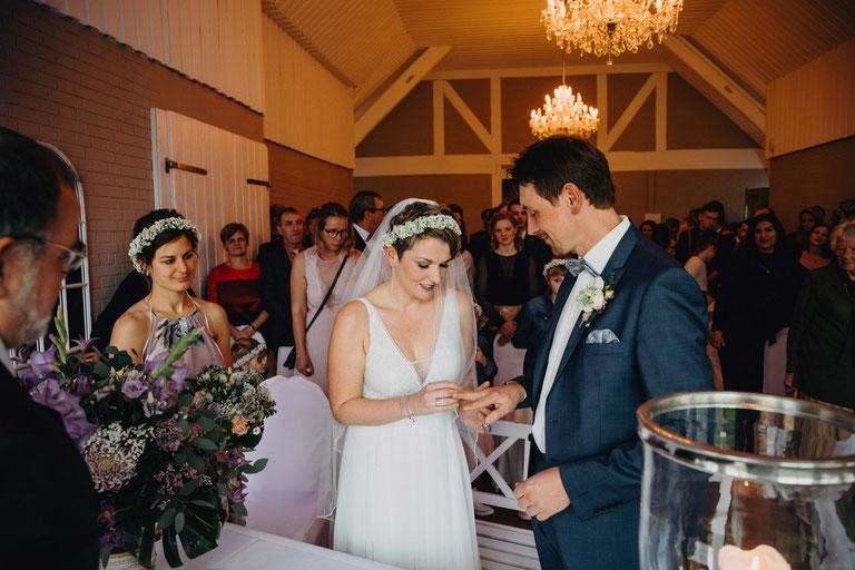 Ringübergabe des Brautpaars bei der Trauung auf dem Peterhof. Fotografiert von Zachen Fotografie