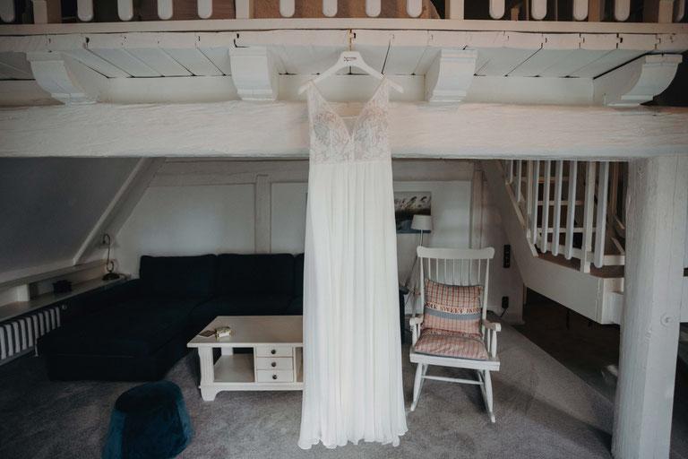 Ankleide der Braut bei einer Hochzeit auf dem Peterhof bei Itzehoe.