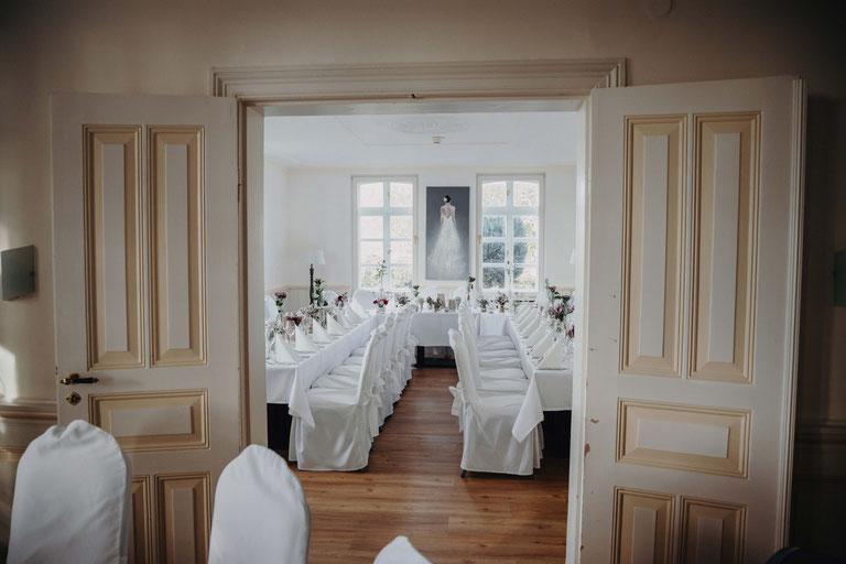 Tischdekoration auf einer Landhaus Hochzeit im Peterhof. Fotograf aus Heide.