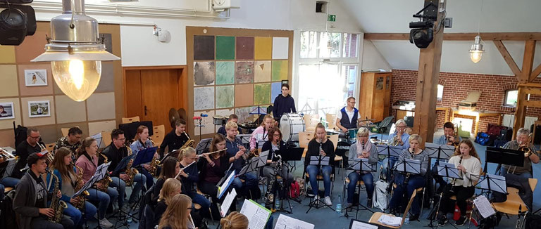 Intensive Probenarbeit der Musiker des Musikvereins Altenrheine für das Highlight des Jahres am 3. November im Mühlenhof