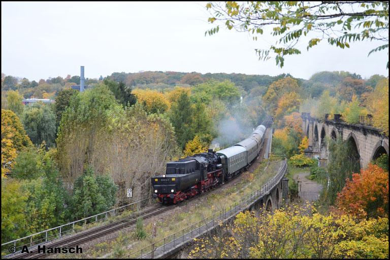 Bereits auf dem Rückweg aus Hartmannsdorf durchfährt 52 8079-7 den herbstlichen Küchwald. Gemächlich rollt die Fuhre über das Chemnitztalviadukt