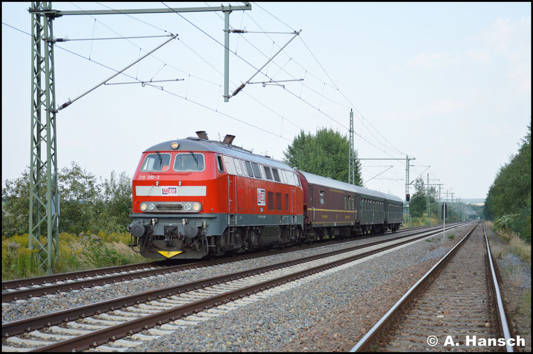 Auf dem Rückweg lauerte ich dem Zug nochmal in Chemnitz-Hilbersdorf auf. Lange bevor dieser zu sehen war, hörte man den röhrenden Dieselsound der V164
