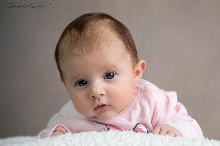 Babymädchen auch mit 4 Monaten bekommt man schöne Bilder hin