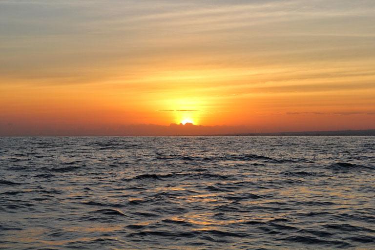 kräftige Farben, grelles Leuchten beim Sonnenaufgang an diesem wundervollen Morgen in Bali