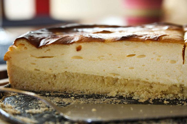 Käsekuchen angeschnitten auf Tortenplatte  - Rezept für Worlds famous Käsekuchen