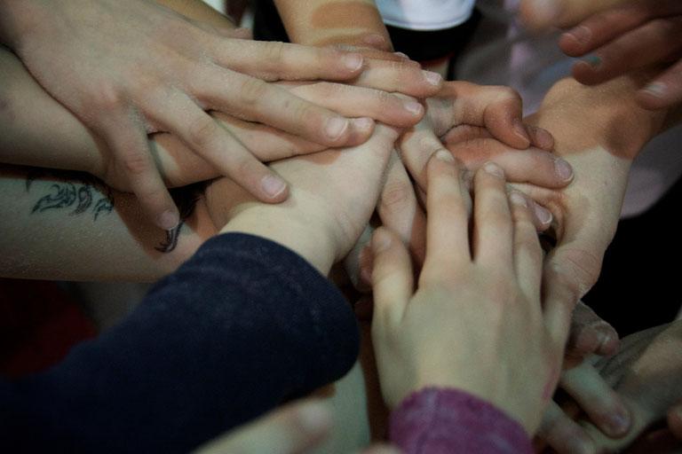 Wir reichen uns alle die Hände