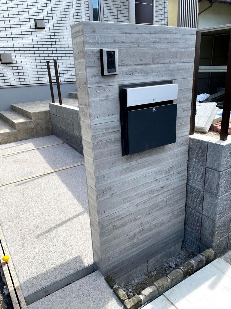 【施工中】杉板コンクリート調タイル貼り門柱