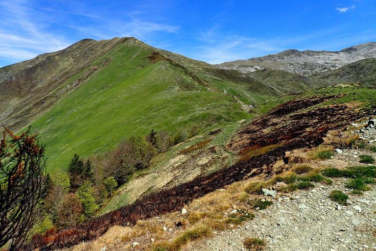 Au pied de la crête, le Col d'Agnourès.
