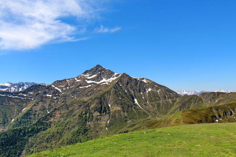 A l'Ouest, le Montaigu (2350m), avec encore quelques névés.