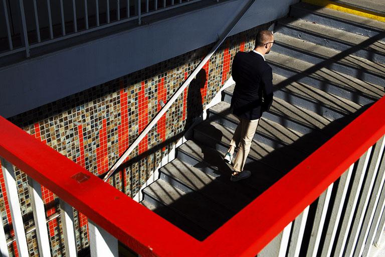 Mathieu Guillochon, photographe, France Sartrouville, escalier, rouge, ombre, homme montant un escalier, gare