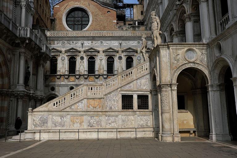 Mathieu Guillochon, photographe, Italie, Venise, San Marco, palais des Doges, cour intérieure, marbres, marqueterie de marbre, escalier des géants, statues, histoire, république de venise